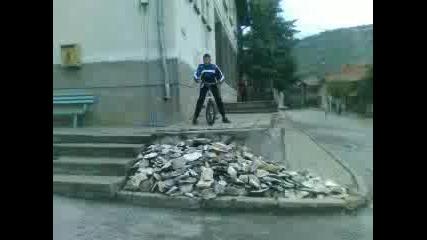 Пецо Меденката прави скок с колело (маманчо)