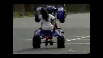 Вижте тази мацка как кара Атв и защо не трябва да кара с високи токчета.