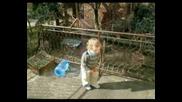 Боби си играе на терасата