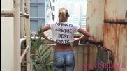 Момиче без панталони обикаля по улиците на Хонг Конг