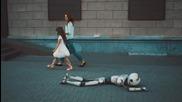 Това е тъжната историята за самотен робот който се опитва да привлече внимание!