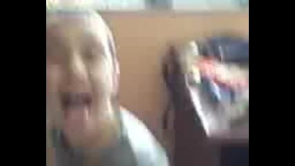 Моят приятел (идиот) :) ) ) Веско свири Химна на Европа с крака