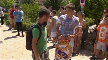 Феновете на Реал чакат Тони Кроос пред болницата