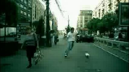 Футбол ли играеш песен ли праиш?