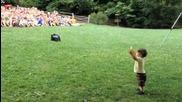 Малко дете контролира тълпа от 500 тийнейджъри