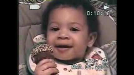 Бебе Поглежда Злобно При Комадна И след това се Смее