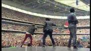 Usher изкарва Justin Bieber на сцената ( На живо от стадион Уембли )