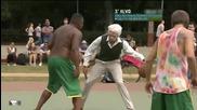 Дядо Chapadao показва умения във футбола, баскетбола и дори с кънки..