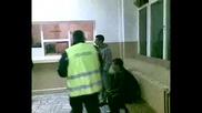 Полицай Бие и заплашва 22 годишно момче от Долни Дъбник