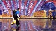 Двама извънземни танцьори във Великобритания търси талант