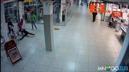 Кучки пребиват шефката си в руски мол