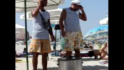 Роми Продават Царевица На Плажа На Поморие