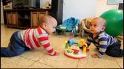 Бебета Близнаци танцуват в синхрон! ^_^