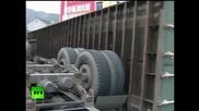Мотоциклетиста извади много късмет за да не бъде смазан от камион