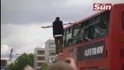 Магьосникът Динамо левитира на страната на автобус по улиците на Лондон , хората изумени отново!