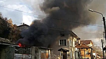 Силен взрив и пожар в центъра на Калофер
