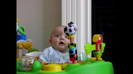 ! Смях ! Бебе се стряска от майка си