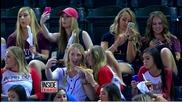 Кифли си правят селфита по време на бейзболен мач