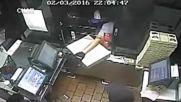 Крадец разбива касов апарат , през гише но нещо се обърква!
