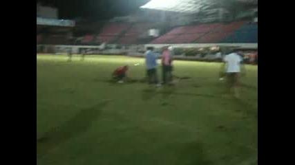 Гръцки футболни фенове изораха стадион и махнаха вратите му в знак на протест