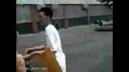 Изумително! Пич си връзва обувката без ръце