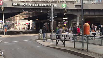 Germany: Berliners react to parliament passing law on freedoms for COVID vaccinated people