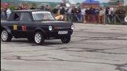 Старият и здрав Запорожец надминава с доста голяма скорост модерният Nissan Skyline.