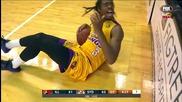 Фен излива бира върху главата на баскетболист и се прави, че нищо не се е случило!