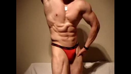 Супер як културист показва мускули