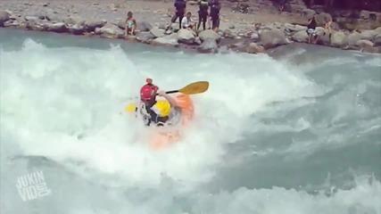 Каяк попада в лошо течение