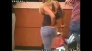 Заснеха жена докато си бърка в...