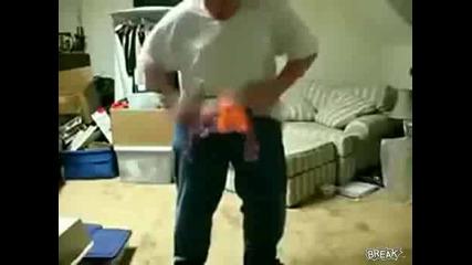 Дебело момче си запалва гащите и неможе да ги изгаси