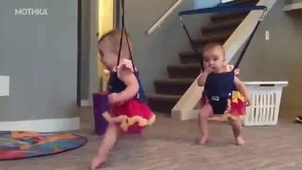 Две малки близнаци играят ирландски народен танц