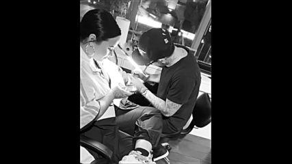 Деми в студиото за татуировки вчера