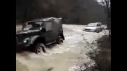 Руски джип тегли паркетник или Газ 69 влачи Тойота през река ...