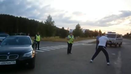 Руската полиция срещу пиян, безсмъртен руснак! Е и на тях там не им е никак лесно!