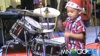 3 годишен разпуква барабаните !!!