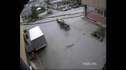 Цигани крадат метални капаци на шахта в близост до сградата на Гдбоп