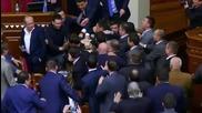 Масов бой сред управляващите в украинския парламент