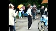 Жена Танцува На Концерта В Борисовата