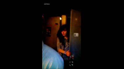 Гледайте какво прави едно пияно момиче, когато по погрешка влезе в мъжката тоалетна!