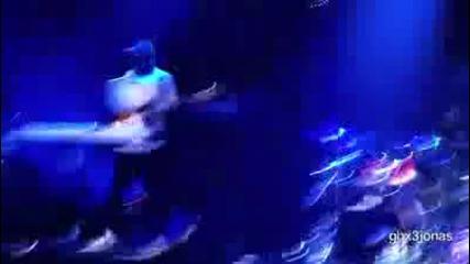 Бг Превод!! Justin Bieber singing Down to earth live!
