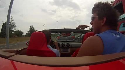Млад шофьор управлява Ферарито на приятеля си, но нещо се обърква