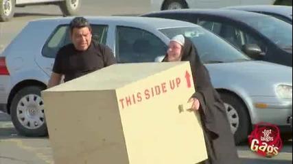супер силна монахиня-скрита камера