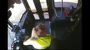 Конфликт между шофьорка на училищен автобус и чернокож младеж !