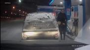 Екстремно глупава постъпка. Жена тества дали бензинът гори !