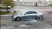 Mercedes C63 Amg търка гумите ядосано на улицата :d