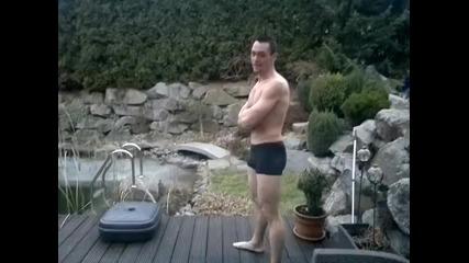 Откачен германец скача в заледен басейн