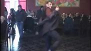 Не е сам , но поне танцува в такт !