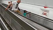 Chovek sliza po eskalatora, kogato toi se dvizhi na gore